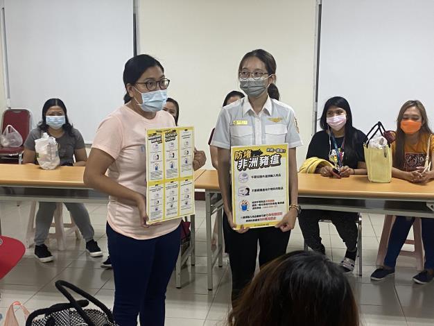 移工宿舍通譯以菲律賓母語向菲律賓外籍移工宣導不要購買來路不明的豬肉產品