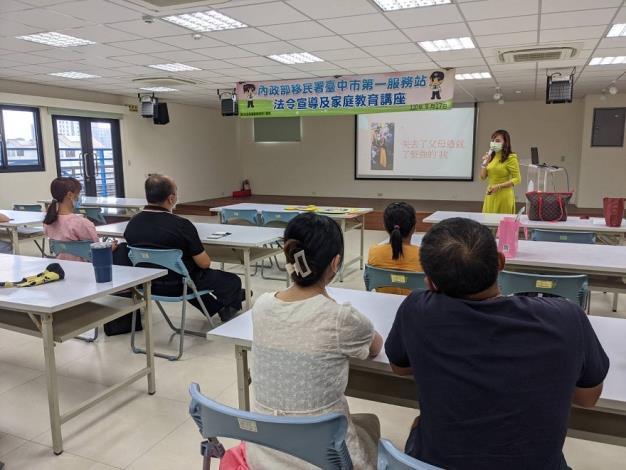 越南新住民和大家分享她的創業故事並用母語提醒大家小心豬肉病毒.JPG