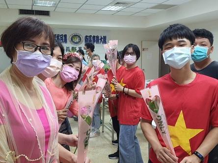 新住民子女親手送母親玫瑰花歡慶越南婦女節活動