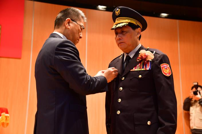 Minister Hsu Kuo-yung confers rank for the incoming president of Central Police University, Chen Che-wen..jpg