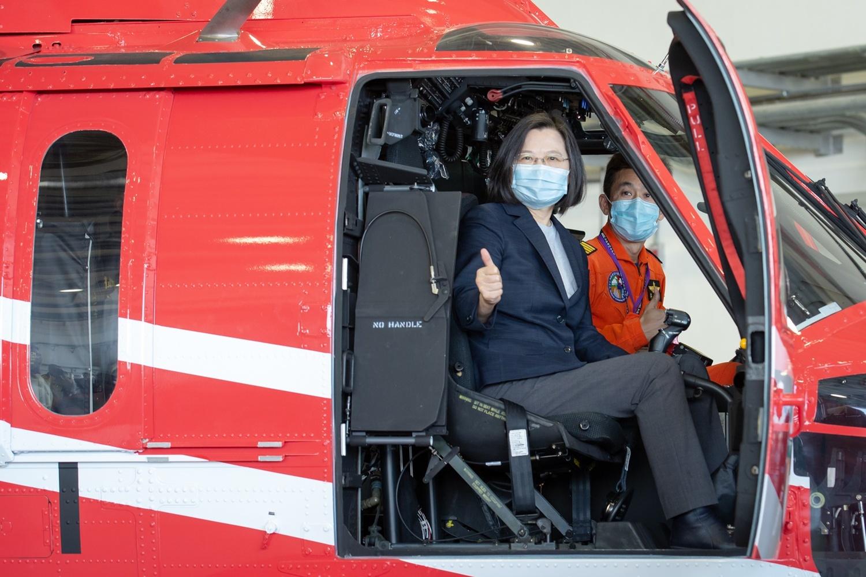 總統與黑鷹直升機合影