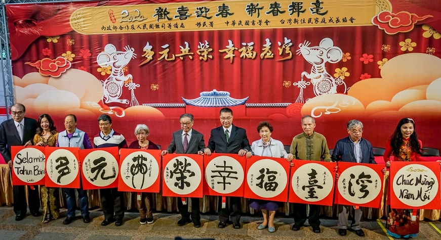 Group photo of Minister Hsu Kuo-Yung writing calligraphy with guests at the event
