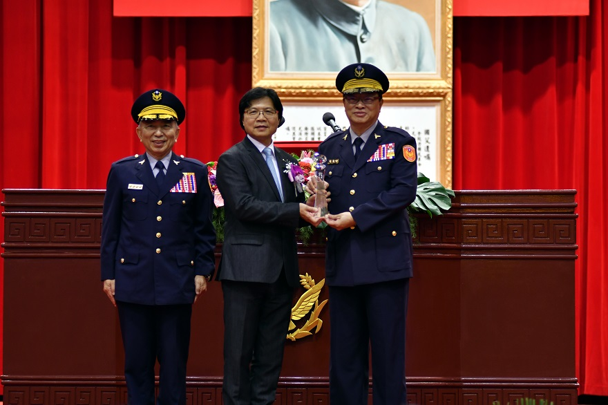 Minister of the Interior Yeh Jiunn-rong (middle) presents Outstanding Alumni Award to Wang Lung (right), deputy director-general of the National Police Agency under the Ministry of the Interior, witnessed by  Tiao Chien-sheng (left), president of Central Police University.