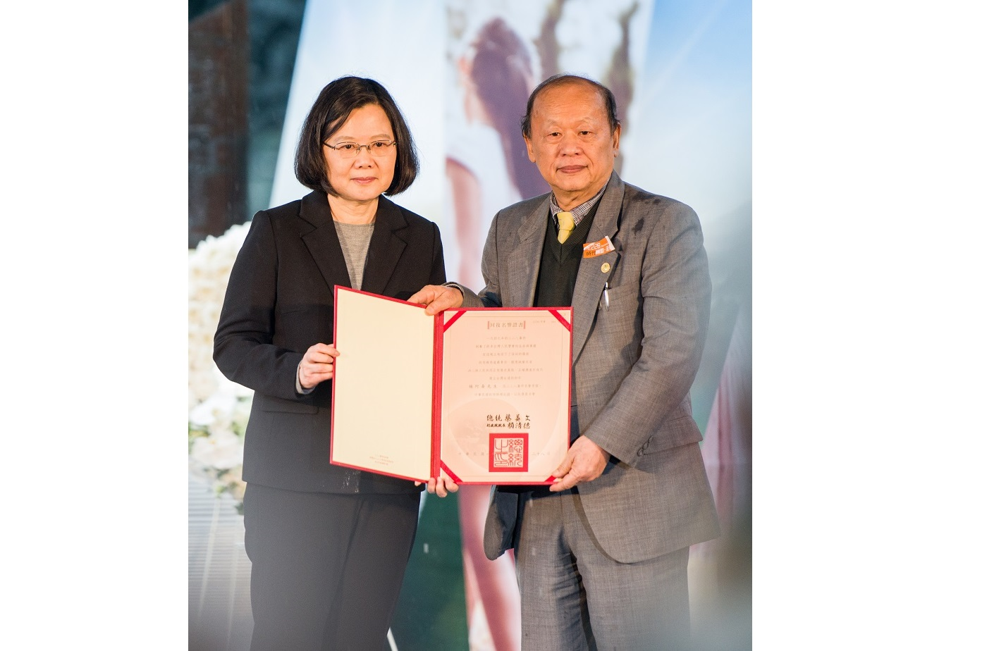 President Tsai personally awarded the reinstatement of reputation certificates to the families of the victims of 228 Incident.
