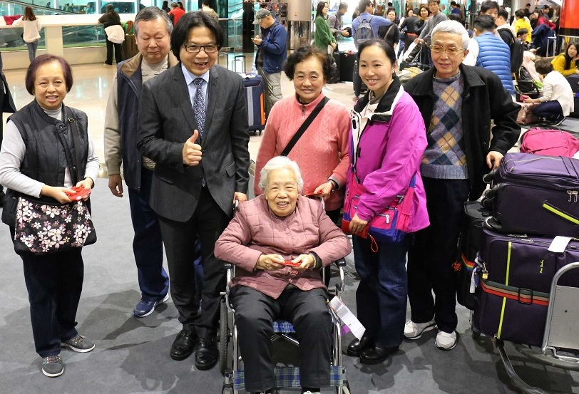 Minister Yeh Chun-Jung with foreign travelers in Taiwan at Terminal II of Taoyuan International Airport