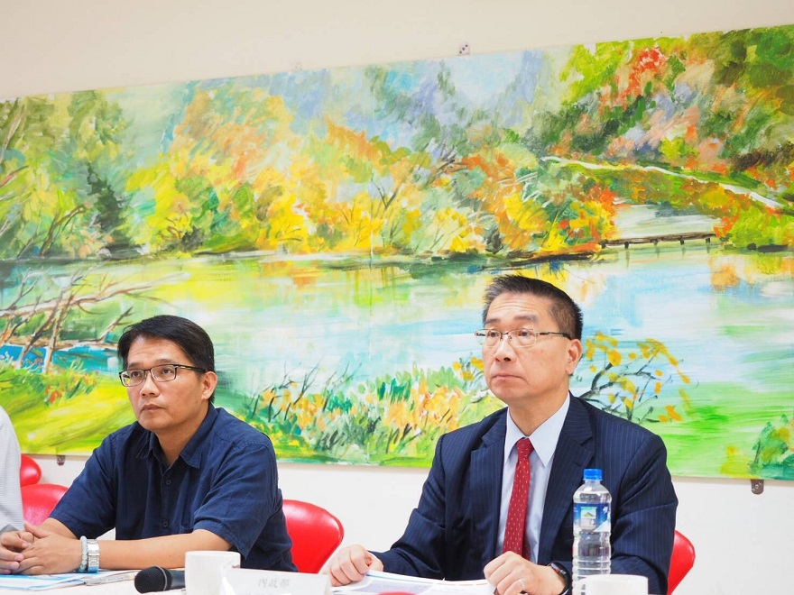 Minister of Interior Hsu Kuo-Yung in the briefing of Director Chen Chih-Wei of Construction and Planning Agency in Sewage Engineering at Zi Qiang Junior High School in New Taipei