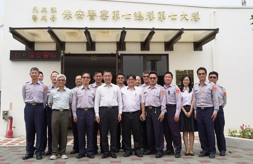 Minister of the Interior Kuo-yung Hsu (4th from left) visits the Seventh Division, The Seventh Special Police Corps, National Policy Agency, MOI on April 12 to express his gratitude for the officers' diligent work, and to takes a photo with his colleagues..