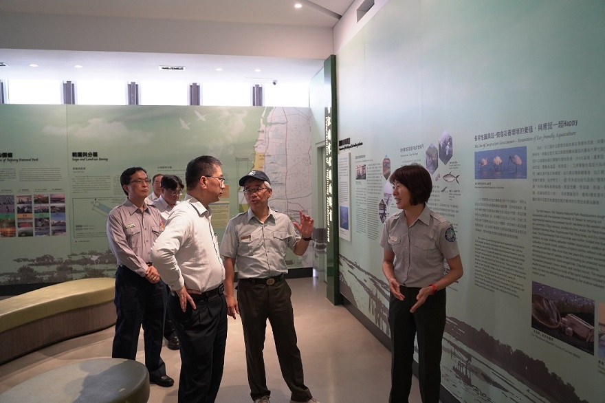 Minister of the Interior Kuo-yung Hsu listening to the guided tour at the Taijiang National Park Visitor Center.