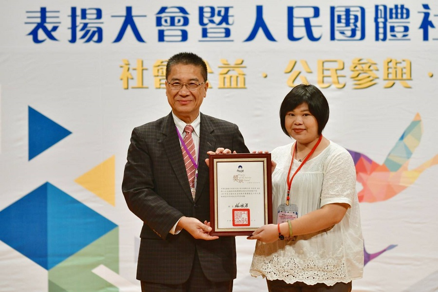 Photo of Minister of Interior Hsu Kuo-Yung and the award winning group