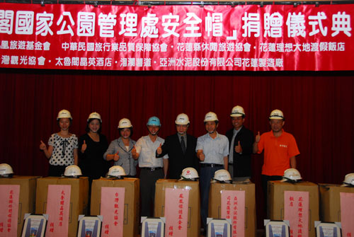 Eight enterprises and groups generously donate hard hats to Taroko National Park Headquarters