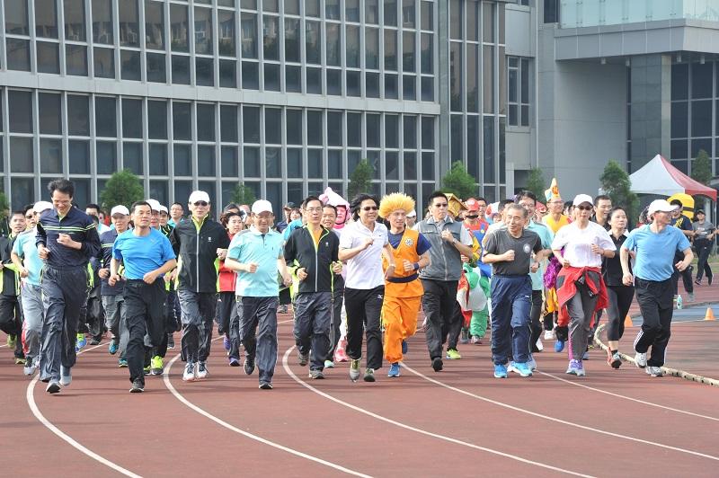 相片1:內政部長葉俊榮領跑警大師生800公尺