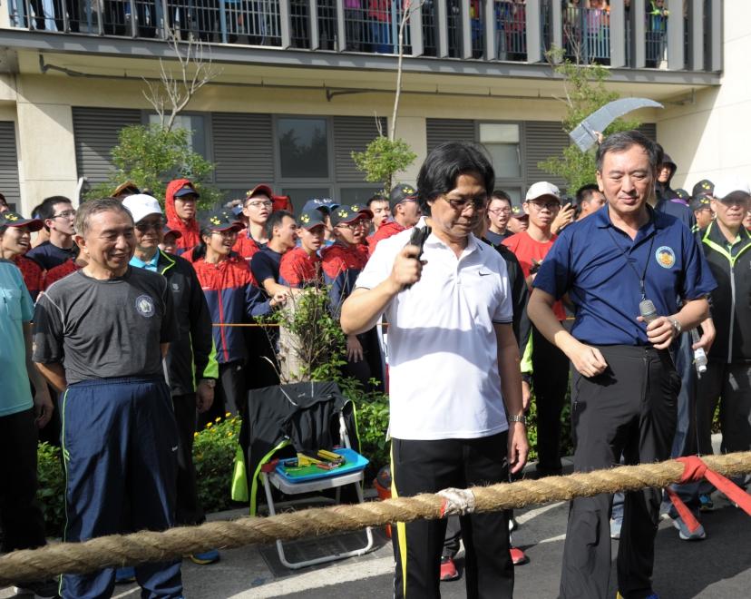 相片3:內政部長葉俊榮為競爭激烈拔河冠軍賽鳴槍