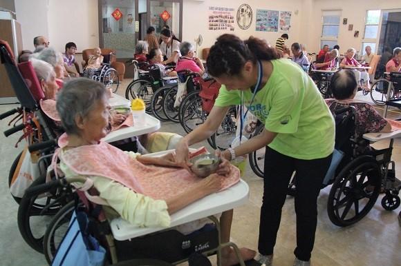 中華民國腦性麻痺協會舉行世界腦麻日「一架輪椅凸台灣」成立「愛‧服務」隊伍之服務情形