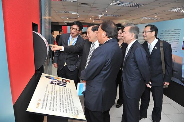 李昌鈺博士在警大刁建生校長陪同下參觀展示區