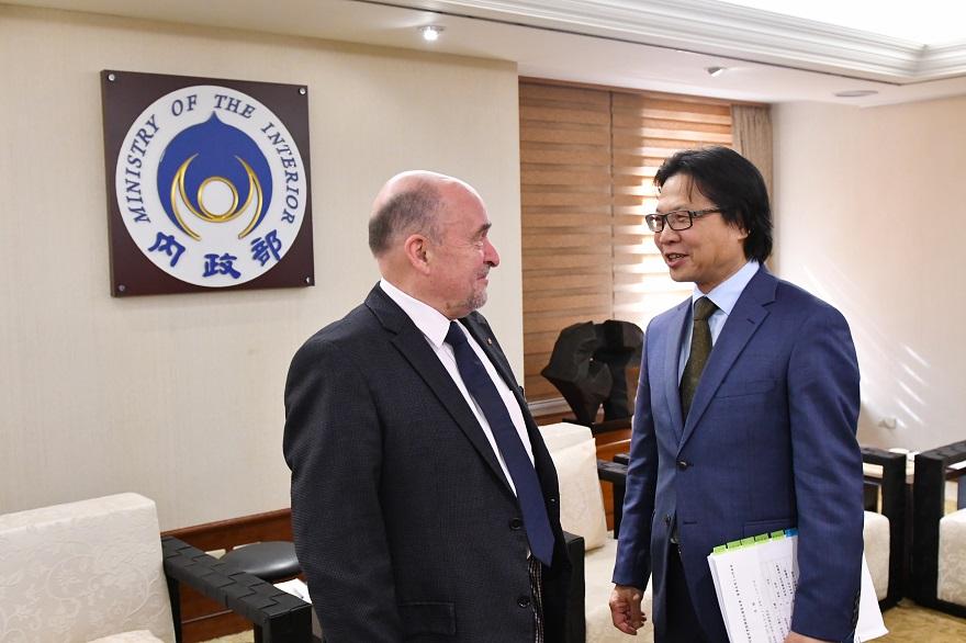 德國聯邦處理東德獨裁政權基金會董事長耶朋曼(左)拜會內政部長葉俊榮(右)