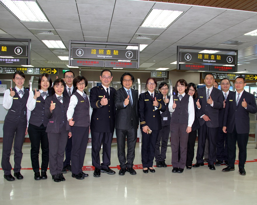 葉俊榮部長與在松山機場值勤之移民署同仁合影
