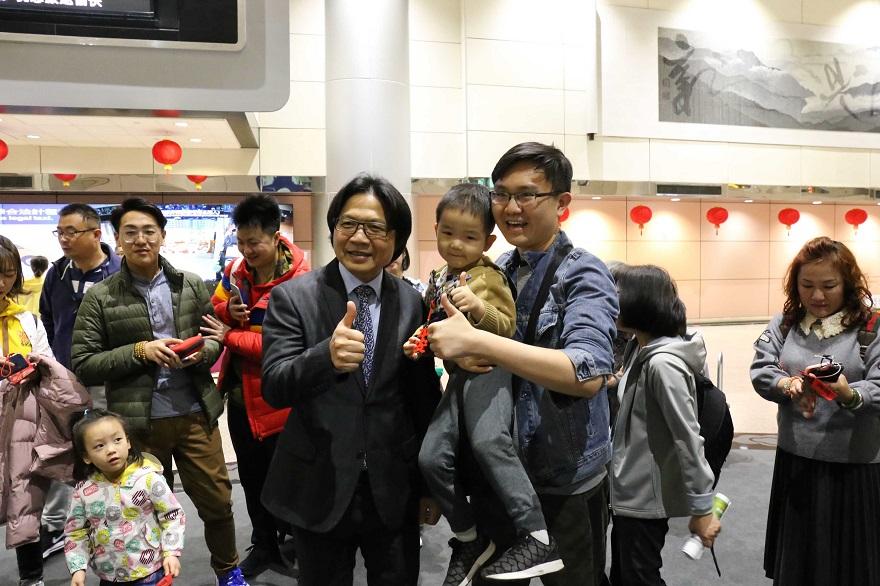 葉俊榮部長於桃園機場第二航廈與來臺觀光之旅客合影