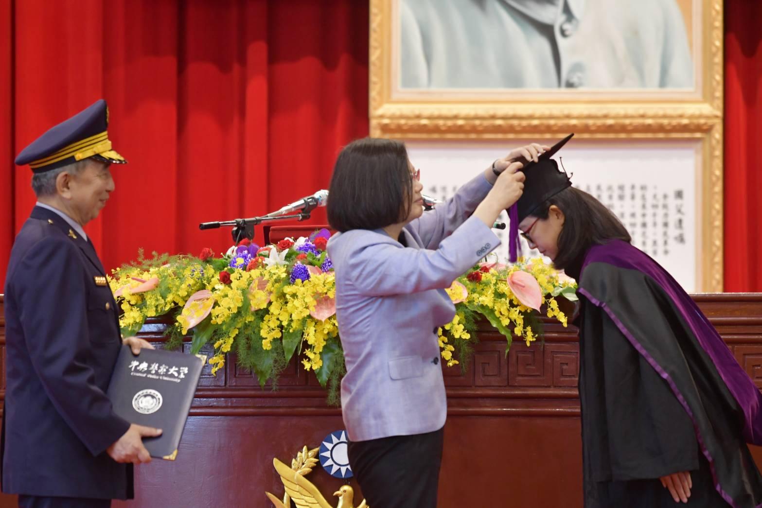 總統蔡英文頒授畢業生學位證書以及撥穗