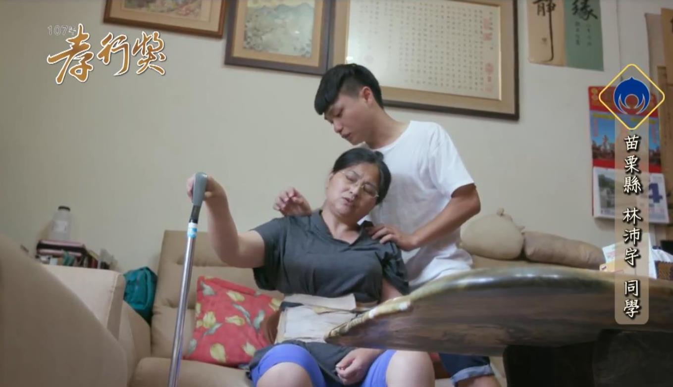 林沛宇為母親按摩,緩解車禍後遺症的不適。