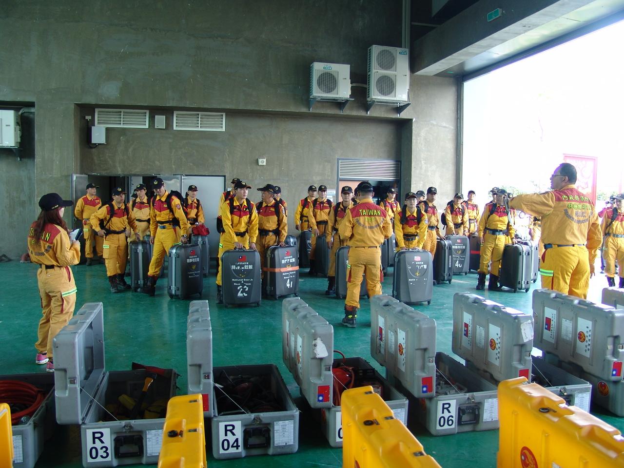 內政部消防署搜救隊員整備各項震災救援器材