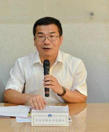 民政司副司長鄭英弘(右)說明合法捐贈政治獻金秘訣