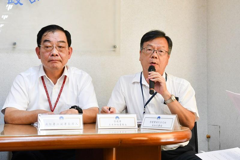 營建署主任秘書王東永(右)說明內政部鬆綁耐震評估程序助危老屋重建