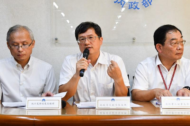 地政司副司長王成機(中)說明近3年不動產實價登錄統計情形