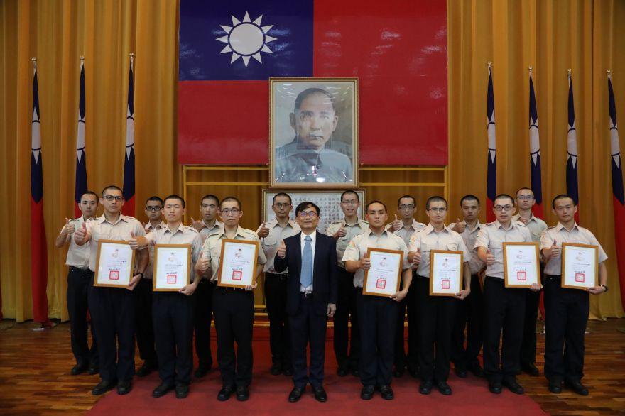 葉意通主任秘書(左4)頒發各中隊訓練成績第一名獎狀