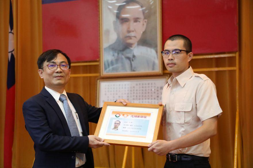 葉意通主任秘書(左)頒發公益服務志願服務證02