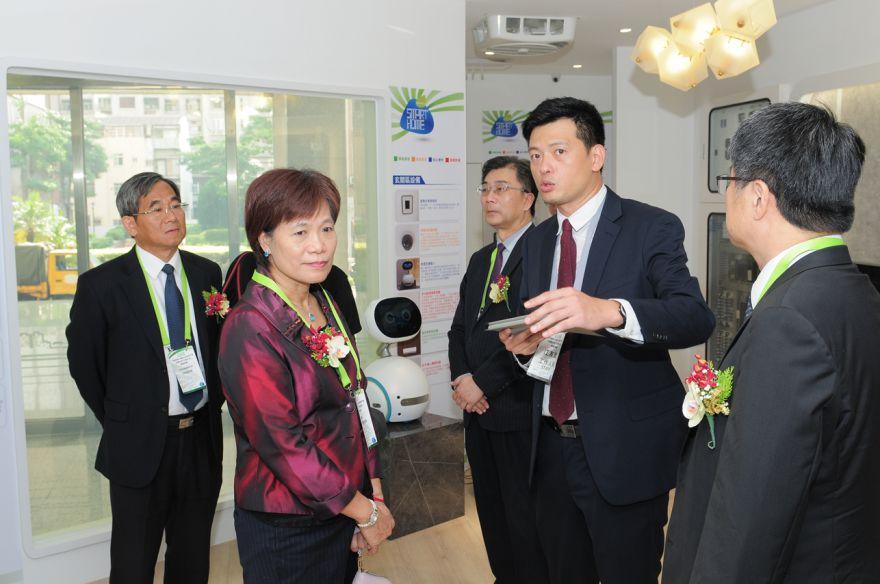 內政部常務次長林慈玲(前排左1)參觀南區智慧住宅展示中心