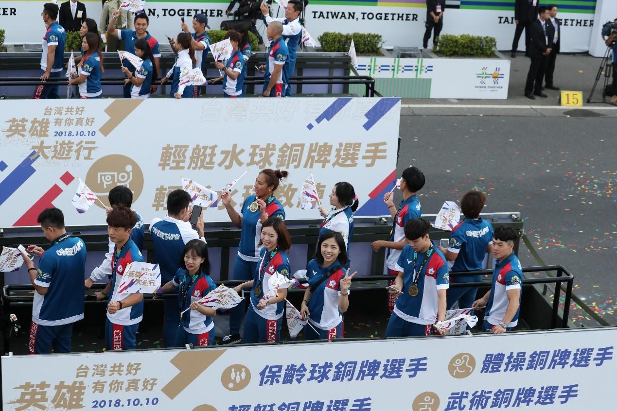 亞運選手組成英雄車隊引領花車遊行