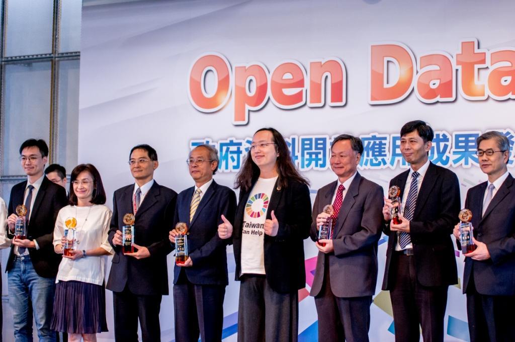行政院政務委員唐鳳與得獎單位代表合影