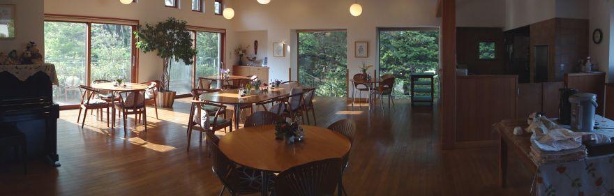 餐廳引入陽光,以簡單、舒適的材質及色調進行設計,提供幸福感