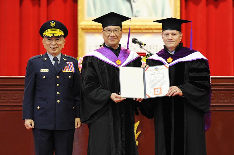 部長頒授名譽法學博士學位給德克馬局長