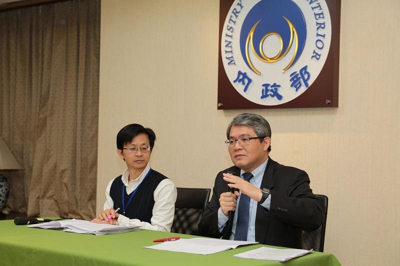 內政部政務次長花敬群(右)呼籲地方政府儘速研修自治法規並加速審議