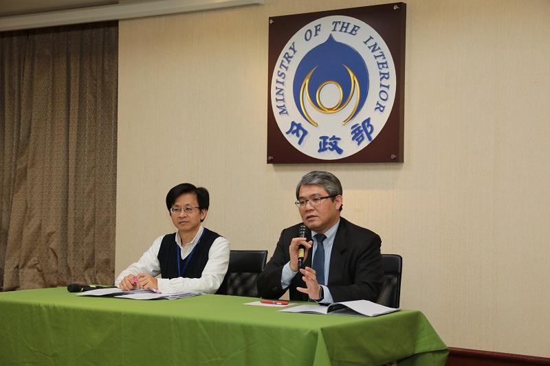內政部政務次長花敬群(右)說明內政部投入80億進行建物安檢及輔導補強重建