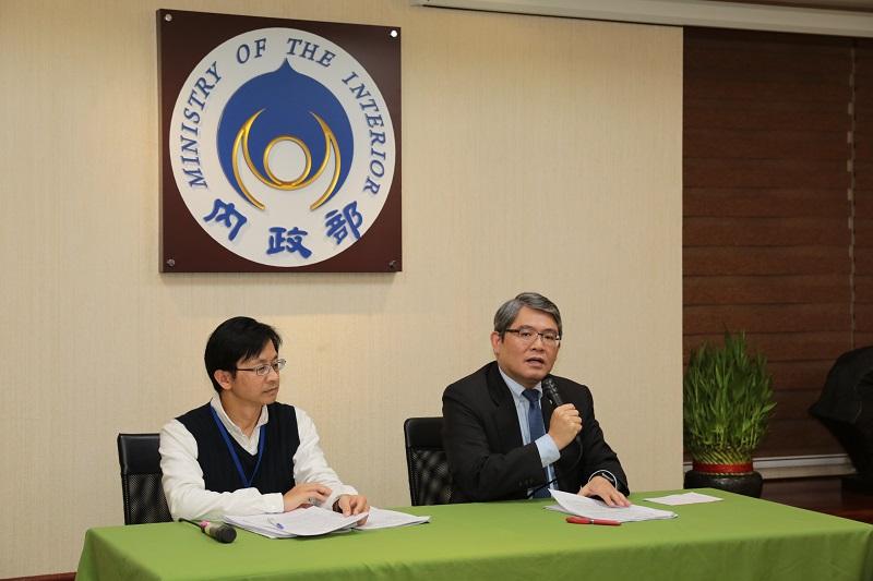 內政部政務次長花敬群(右)說明立法院三讀通過都市更新條例修正草案