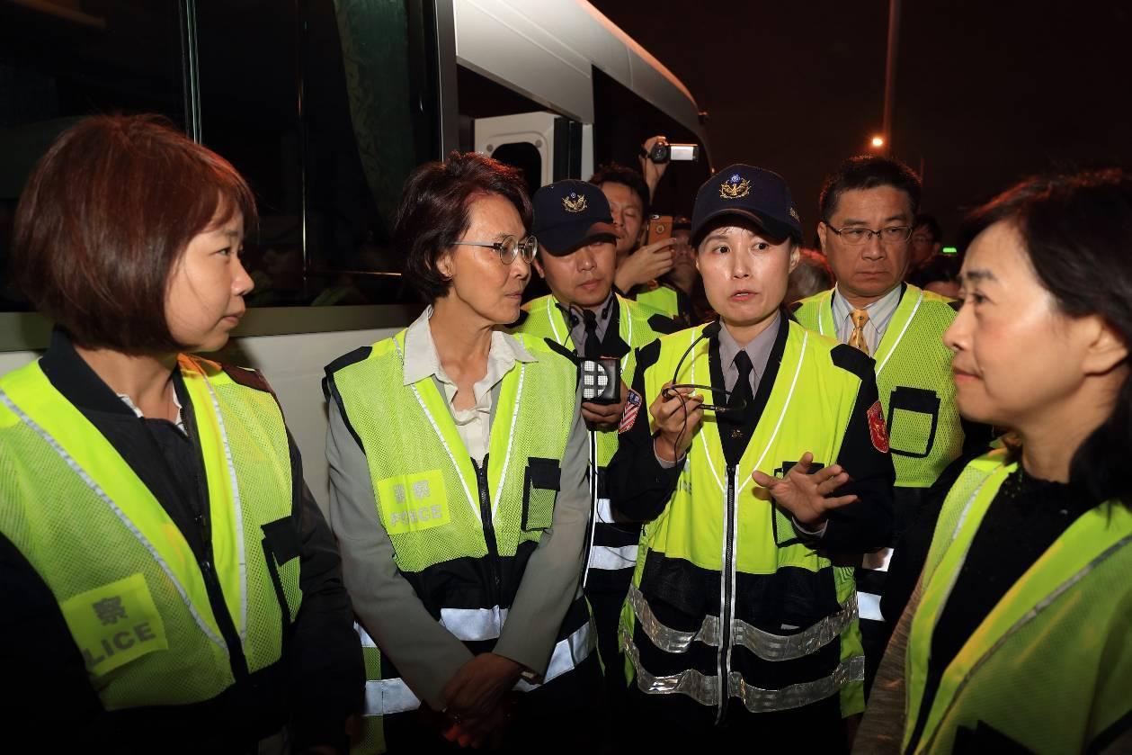 去年12月6日徐國勇與立法委員實地視察國道員警執勤現場