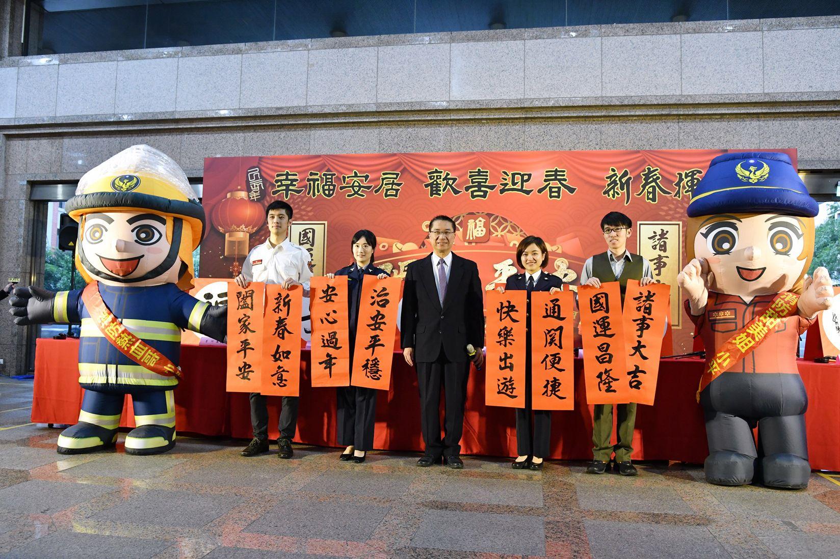 內政部長徐國勇(中)表示,春節期間內政多項服務不打烊,並以聯句預祝民眾新的一年都能「豬」事大吉,闔家平安。