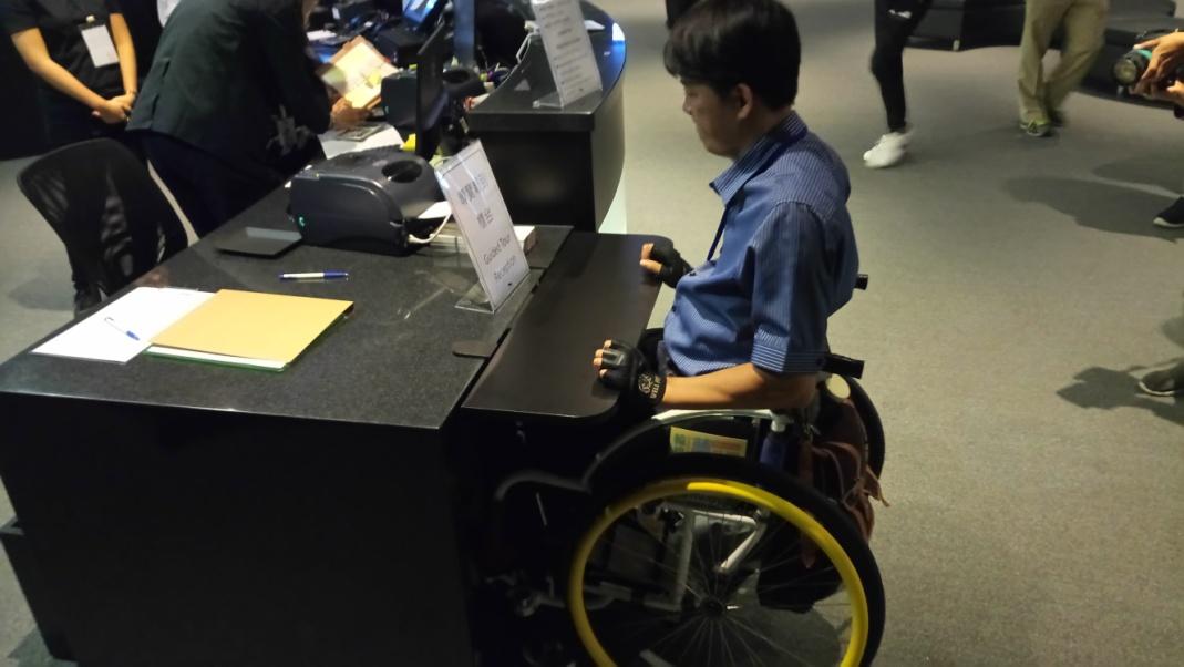 空間內設置便利行動不便者使用之家具,考慮輪椅使用者可接近範圍,方便使用