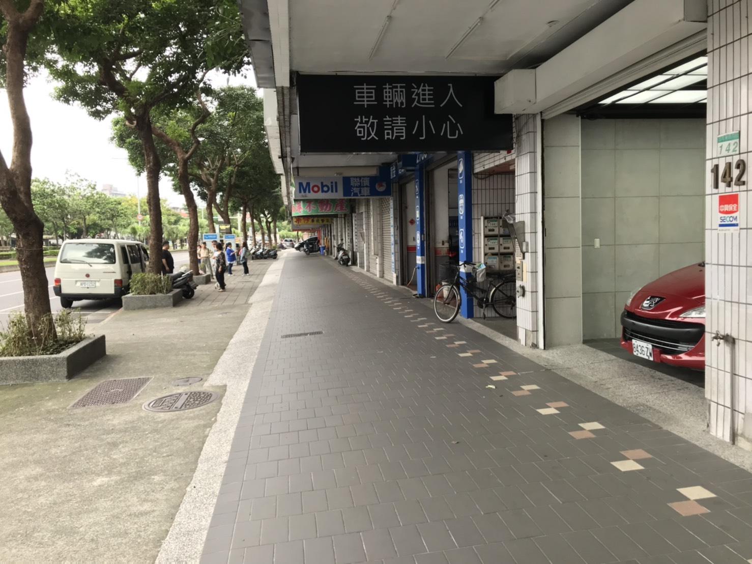 協調商家出入口-騎樓-人行道全段騎樓順平,整體規劃設置視障者追跡線及選用具良好防滑性及耐污性之材質
