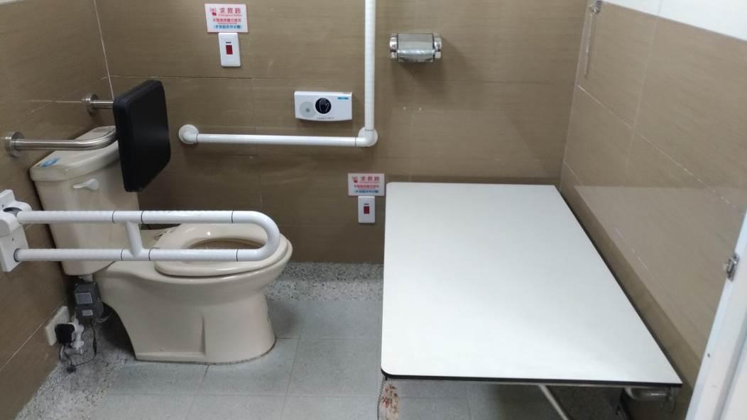 無障礙廁所增設照護床,便利行動不便者使用