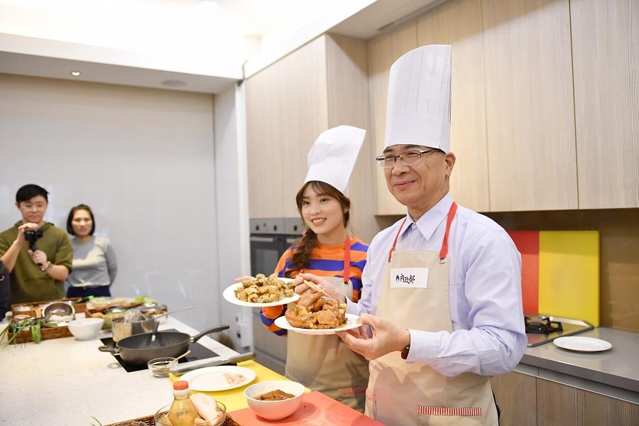 內政部徐部長與阮秋垣為大家示範拿手私房菜
