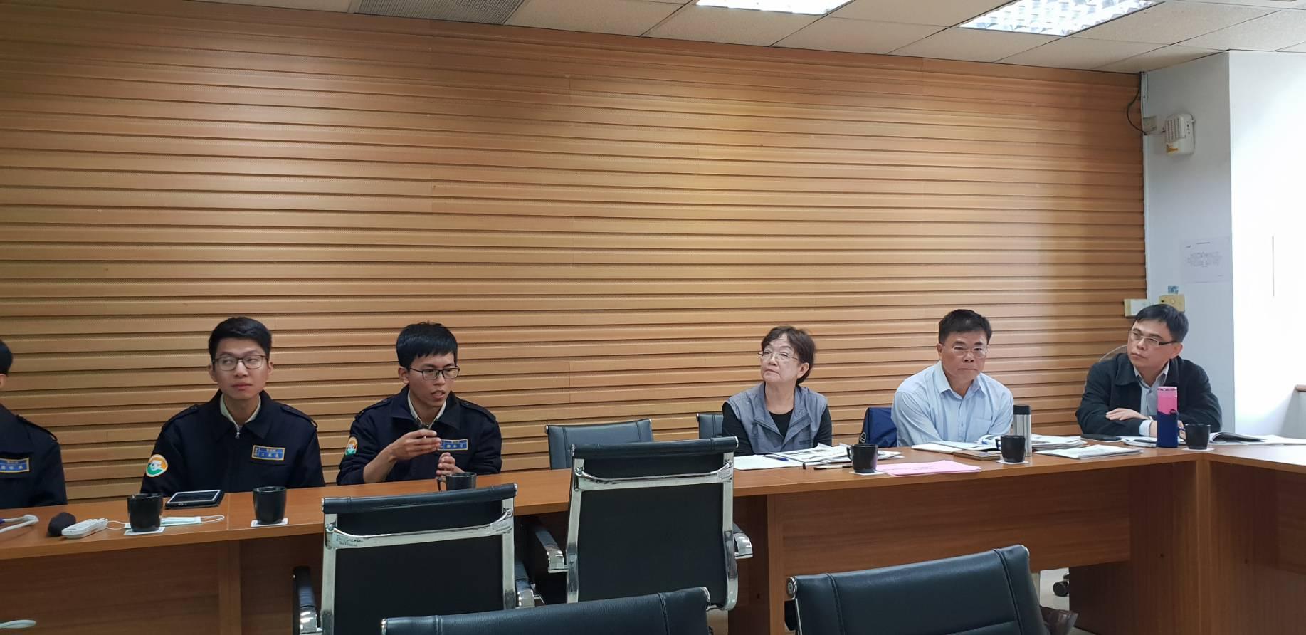 役男鄭祈言(左二)向民政局簡報社區營造規劃