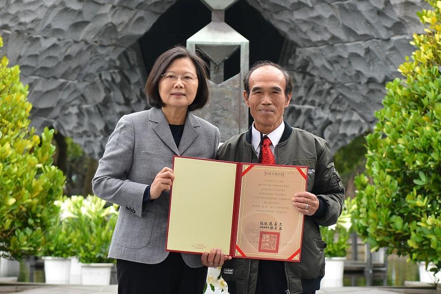 蔡總統頒發受難者及其家屬回復名譽證書