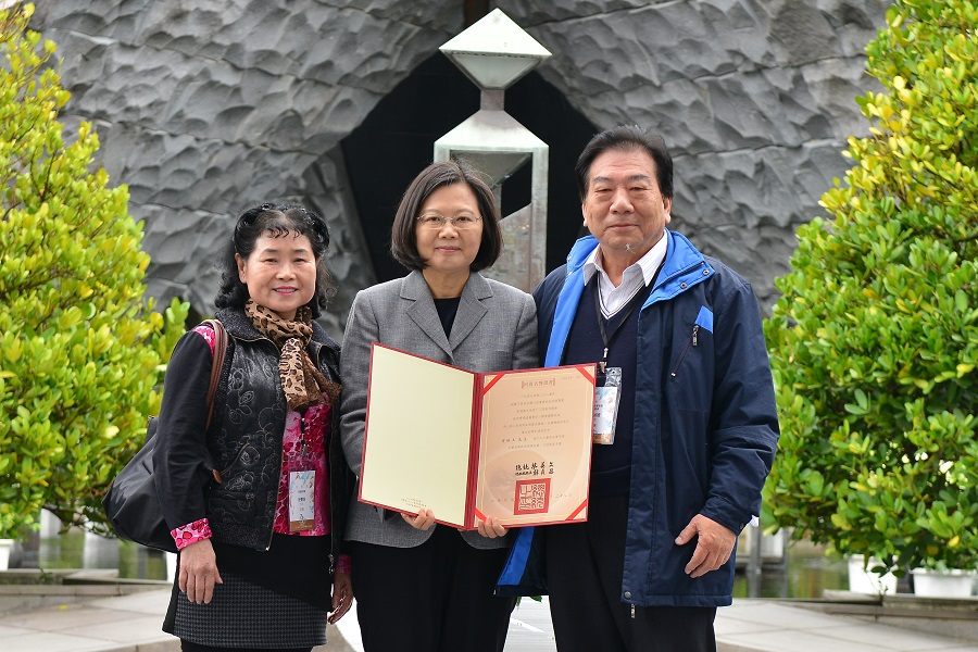 蔡總統頒發受難者及其家屬回復名譽證書-2