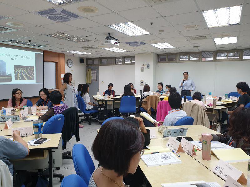 參訓人員課堂分組討論CEDAW中宗教、信仰&性別平等議題,並分享生活經驗
