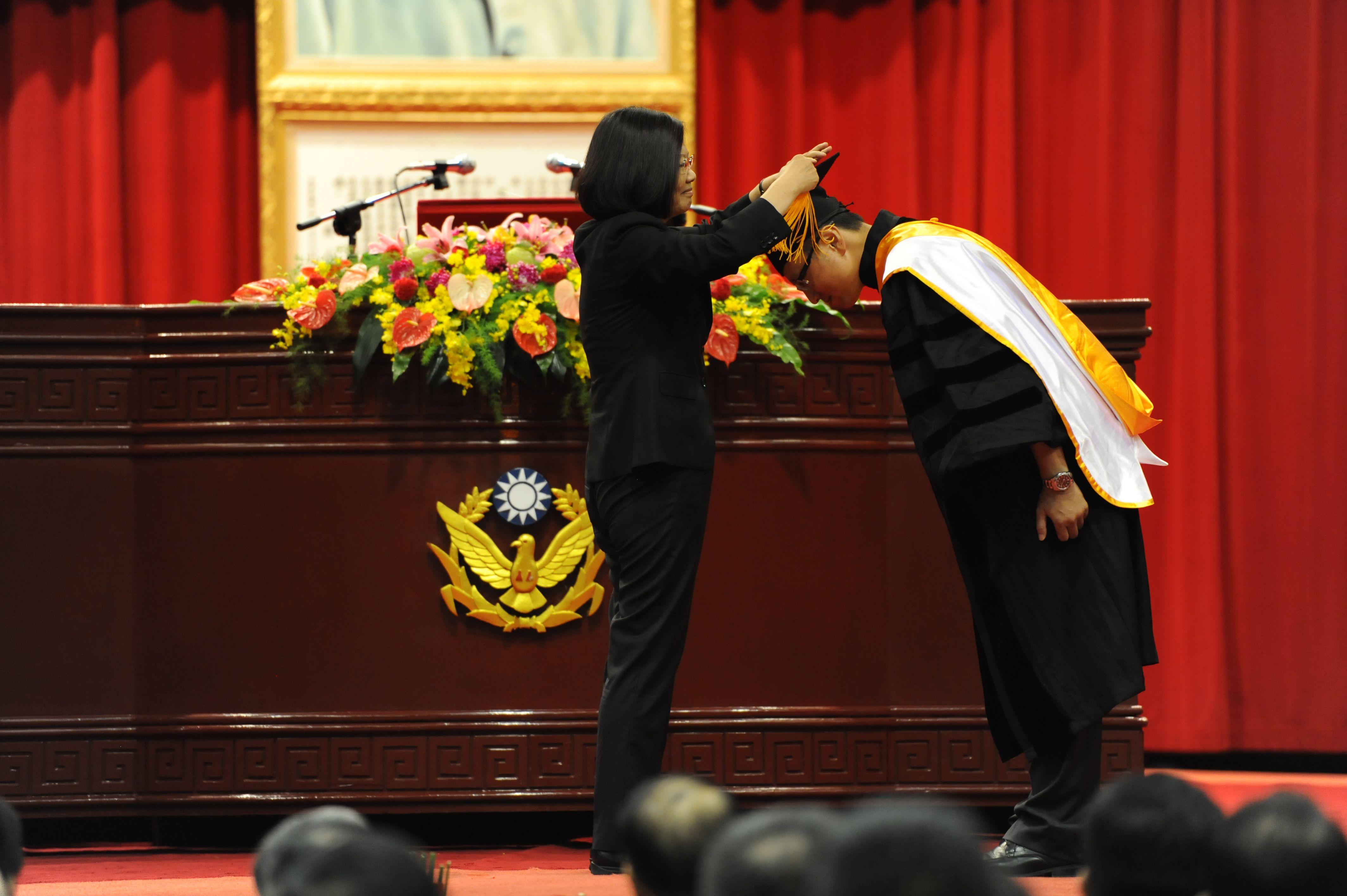 總統為中央警察大學108年畢業生撥穗及學位證書
