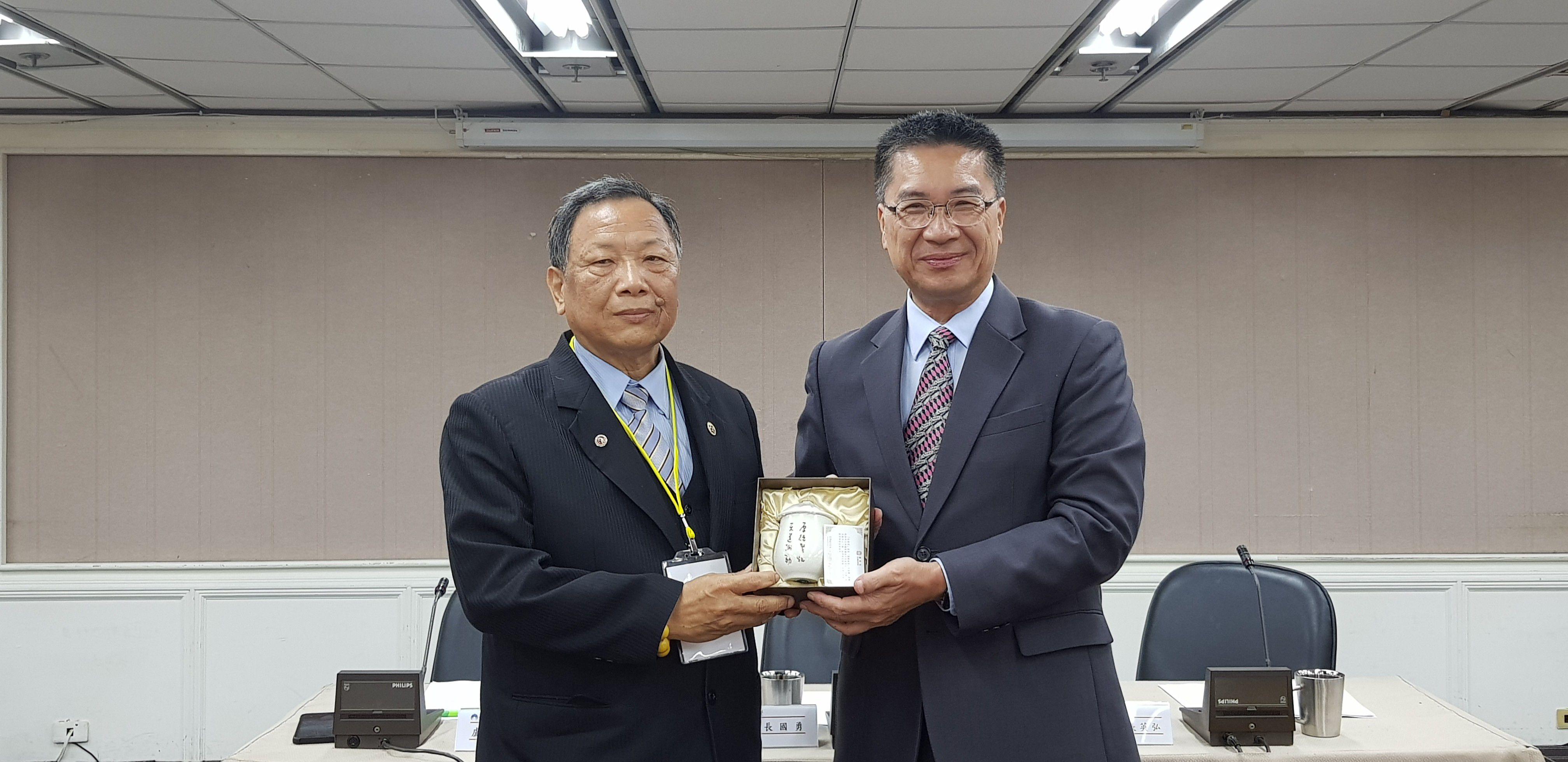 徐國勇部長致贈紀念品予社團法人台灣道教門派聯合總會