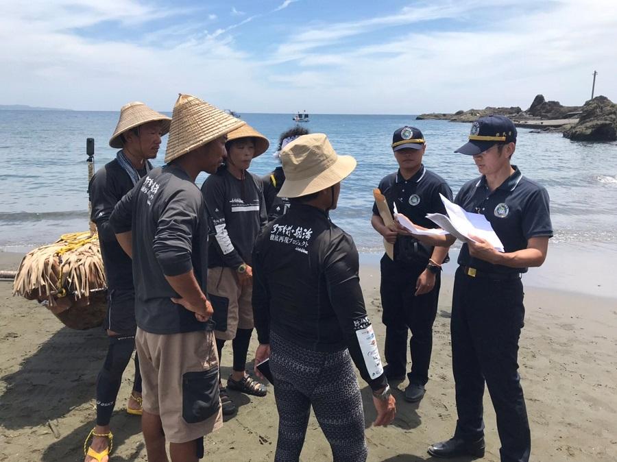 5名划手於臺東縣長濱鄉烏石鼻漁港沙灘接受內政部移民署查驗